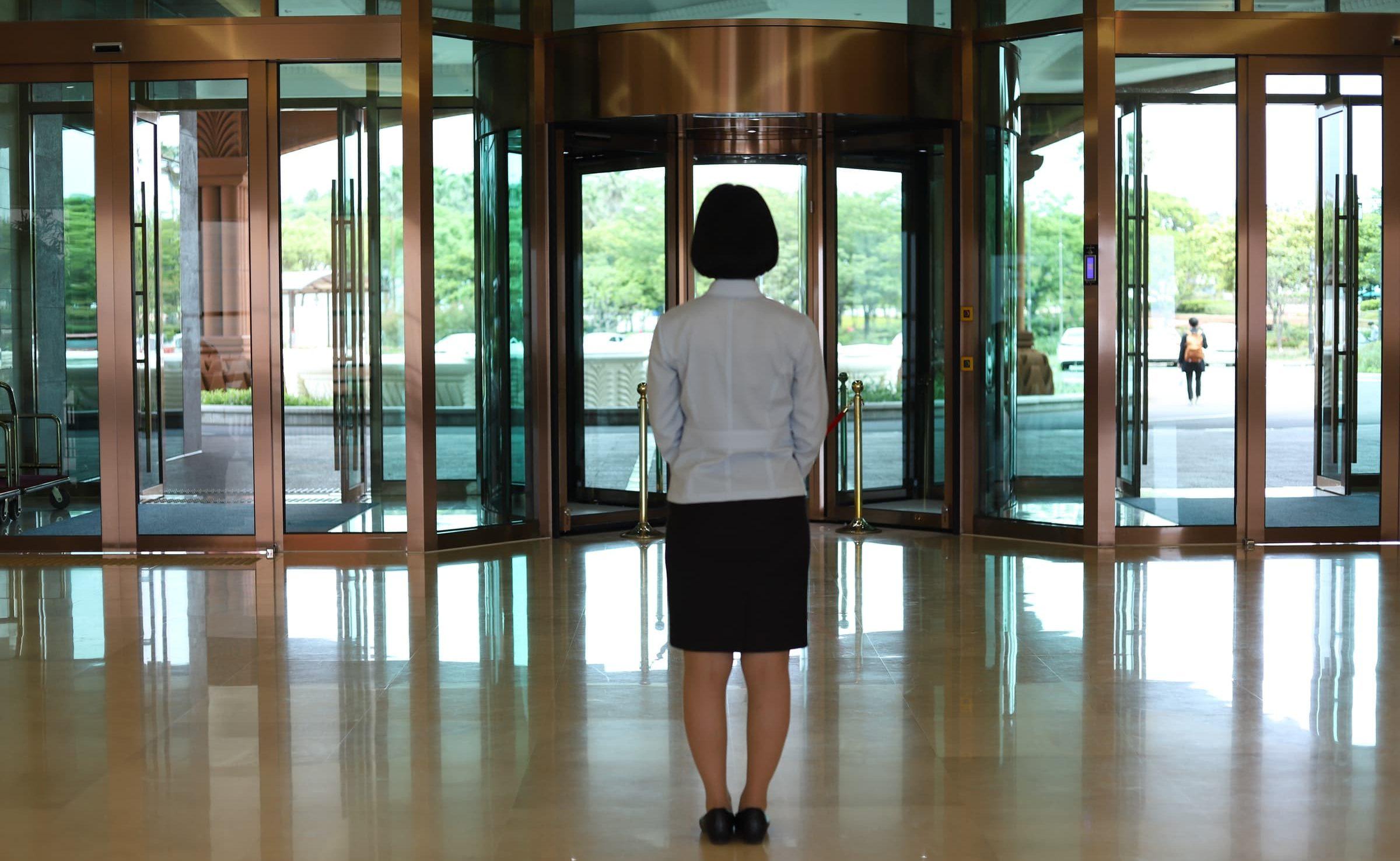 ホテル 女性の後ろ姿