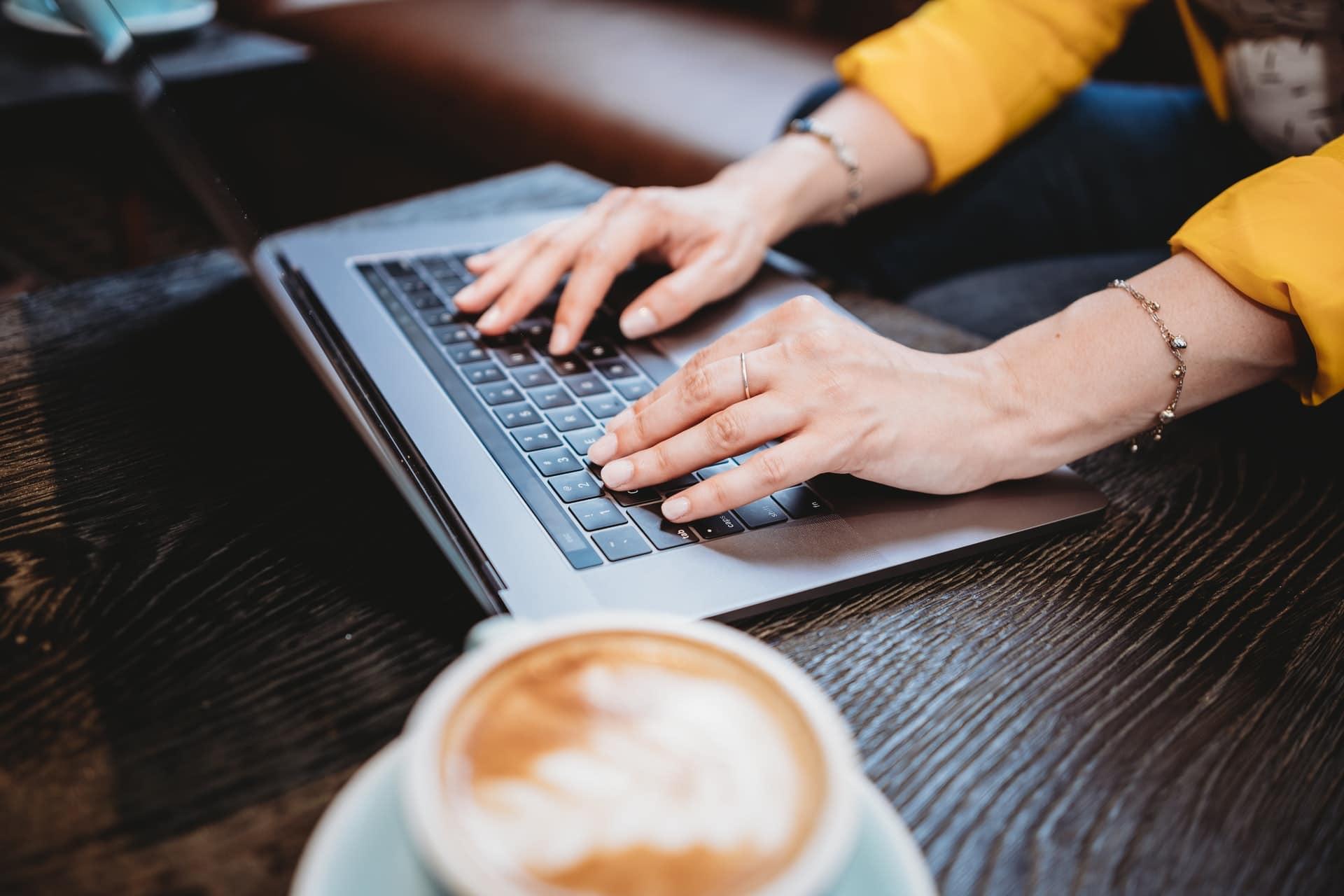 コーヒーとパソコンと手